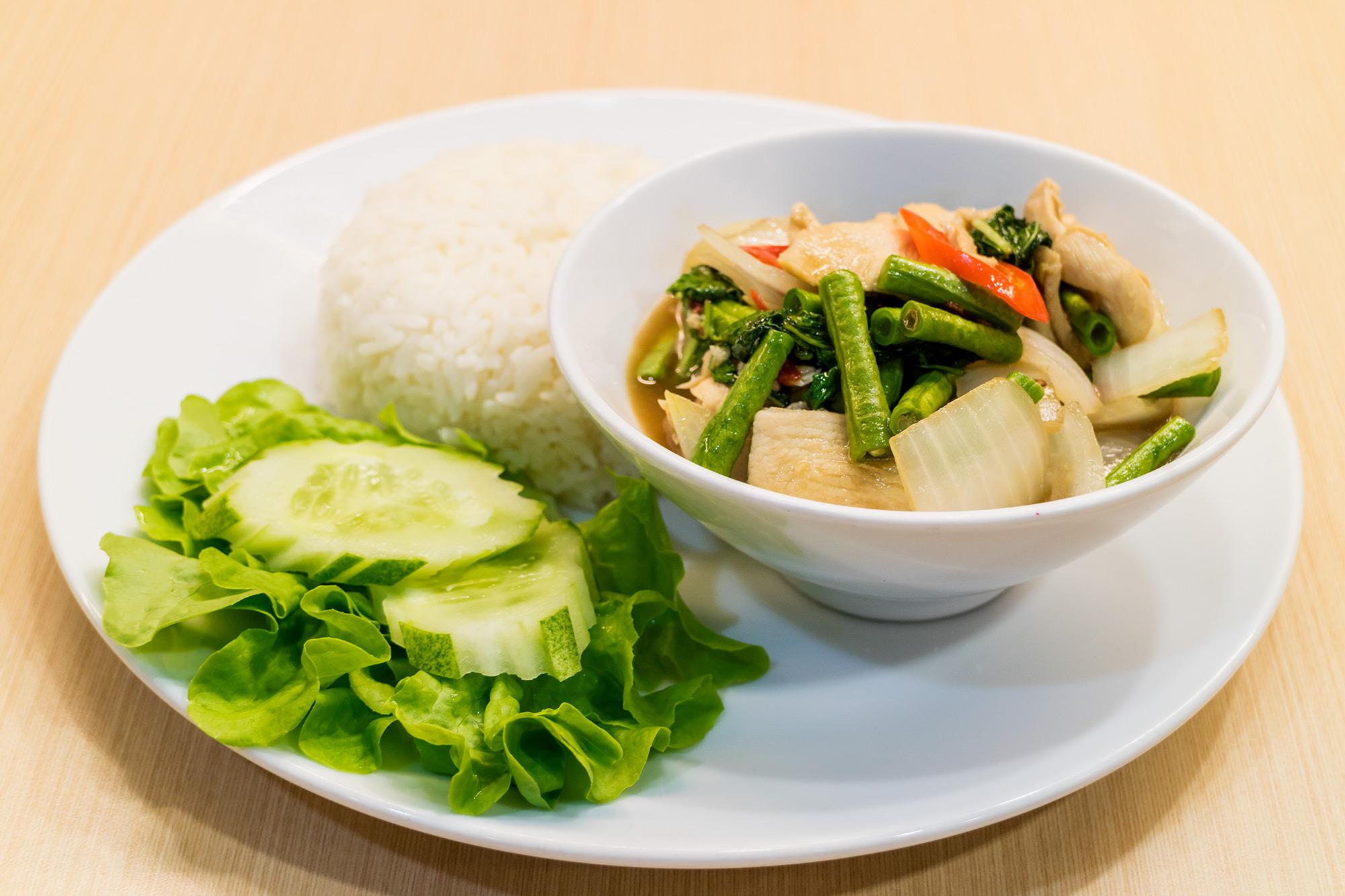 ไก่ผัดกระเพราสามสหาย  Thai Chef Express ท่าอากาศยานสุวรรณภูมิ IMG 1496