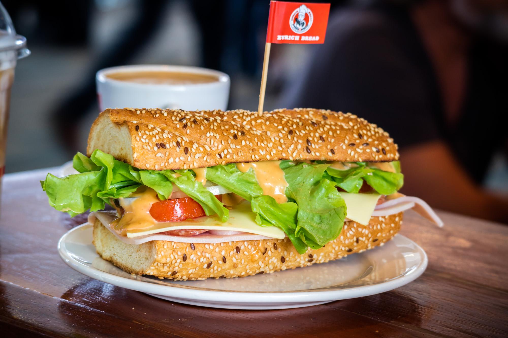 BBQ Chichen Sesame Brioche  ร้านอาหารแนะนำ ในอาคารผู้โดยสารขาออกระหว่างประเทศ ท่าอากาศยานภูเก็ต IMG 8225